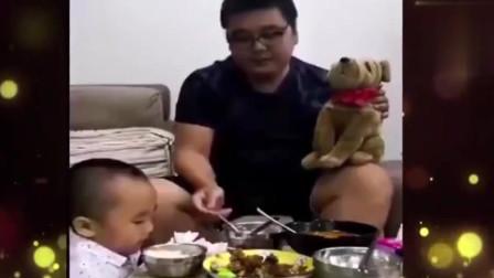 家庭幽默录像:爸爸套路孩子吃饭,宝宝:怎么吃不完?我站起来吃!