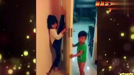 """家庭幽默录像:弟弟帮姐姐练习压腿,姐姐问""""心疼我吗"""",弟弟:心疼门"""