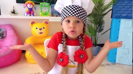 小萝莉用厨房玩具,给哥哥做热狗面包吃!