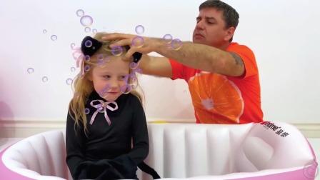 爸爸给小萌娃洗头,太好玩了