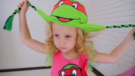 小萌娃戴着可爱的玩具小帽子