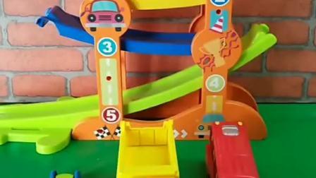 玩轨道滑翔车喽,有小卡车公交车,只有小赛车可以去玩哦