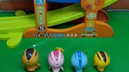 萌鸡小队找到一个玩具,他们当成了滑梯在玩,应该是轨道滑翔车