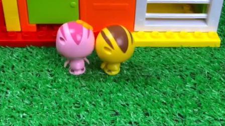 麦奇和朵朵回家,听见家里的声音大以为有怪兽,其实是哥哥玩游戏