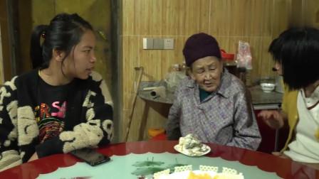 农村王四:幺幺过6岁生日,四哥一家人共唱生日快乐歌,分享美味蛋糕