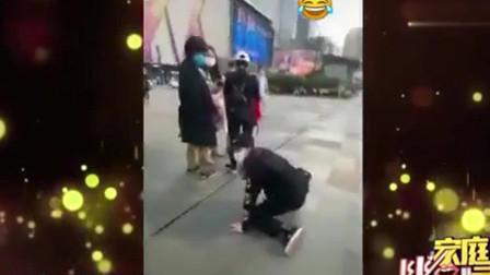 家庭幽默录像:摔哪儿不好,偏偏刚好摔在了人跟前,姑娘很尴尬:这年拜得早了点