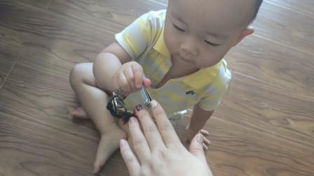 1岁宝宝自己剪起指甲有模有样,萌翻全家~