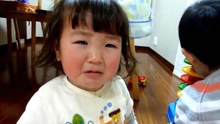 妹妹手里玩具突然被哥哥抢走,立马一脸委屈找妈妈告状,太萌了!