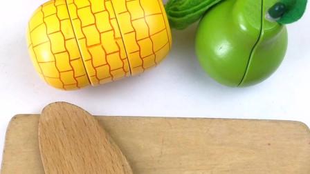 大家一起切水果切玉米和草莓蛋糕