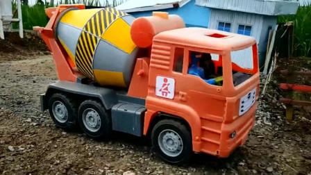 各种工程车玩具车来帮忙建造房子 汽车玩具视频
