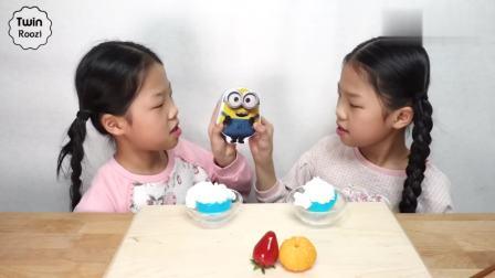 国外少儿时尚,萌娃一块吃水果蛋糕,太高兴呀