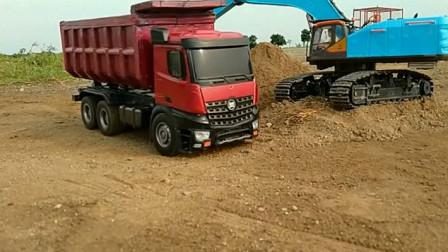 挖掘机给卡车装满沙子运输到工地 创意玩具