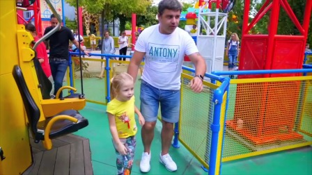 小萌娃和爸爸周末去逛游乐园