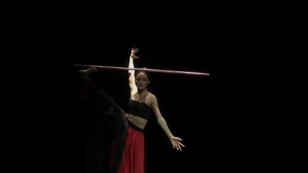 杨丽萍新作《阿鹏找金花》,女主的这段舞蹈,头上的发簪有特点!