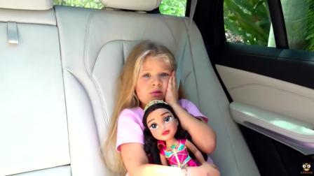 外国萌宝时尚,小萝莉带着芭比娃娃准备去哪呢,我们去看看吧