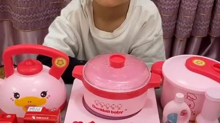 童年趣事:爸爸辛苦了,宝宝给爸爸做饭啦