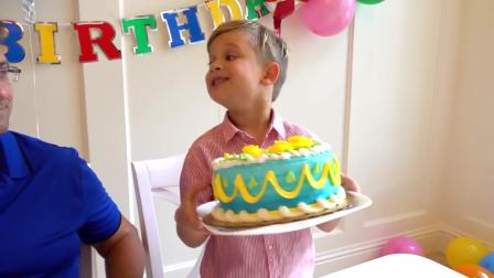 美国萌娃时尚,小男孩端着生日蛋糕,看着好好吃呀