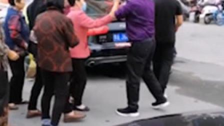 河南大爷大妈国庆组团拦婚车要红包 当地警方回应