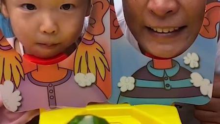 童年趣味故事:爸爸和小萌娃谁能得到这块好吃的糖果