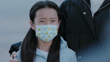 在一起:抗疫工作者告诉孩子爸爸妈妈是去打怪兽了,打赢了就回家