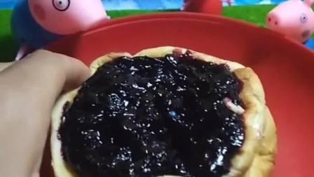 小猪一家吃蓝莓蛋糕了,他们一人一块,蓝莓蛋糕太好吃了!