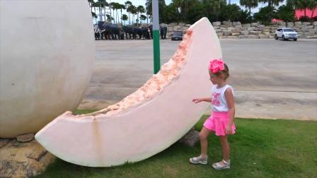 小萌娃去公园看到大大的哈密瓜