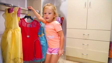 小萌娃挑漂亮的裙子