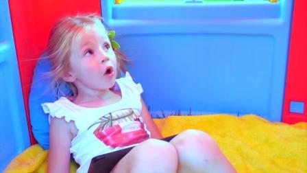 小萌娃在玩具房子里面玩游戏