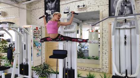 柔术表演:女神在健身房扭曲, 极端灵活的姿势