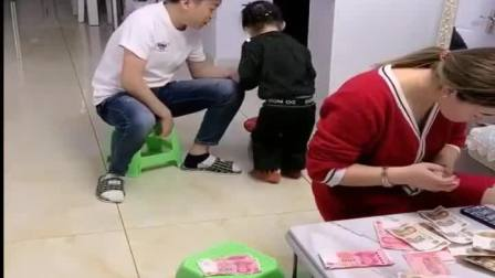 有趣的童年趣事:爸爸太难了帮帮他