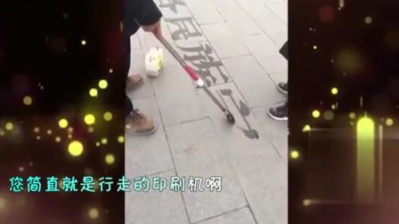 家庭幽默录像:一把拖把一个水桶,大爷就能写遍整个广场啦:别说,写得还挺好看