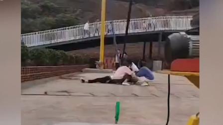 """游客玩""""人体弹弓""""疑护绳崩裂,身体坠落猛砸地面,惊险画面曝光"""