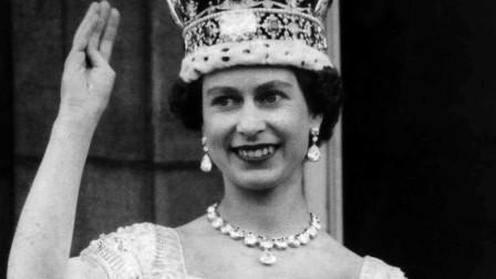 """历史影像,伊丽莎白二世加冕仪式现场,所有喊""""天佑女王"""""""
