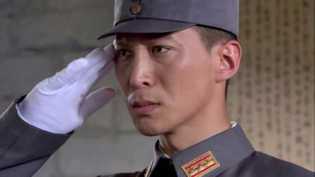 团长嘉奖立功战士,刚戴完勋章,竟用机枪射所有人!