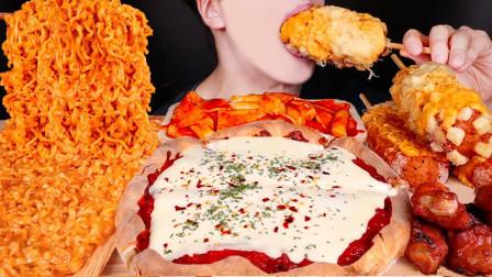 【咀嚼音】芝士披萨、辣炒年糕、芝士火鸡拌面、香辣烤鸡块、芝士玉米热狗