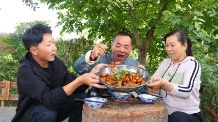 麻辣香锅!老婆爱吃辣,虾、鸡爪鱿鱼一锅炒,3个人辣得浑身出汗