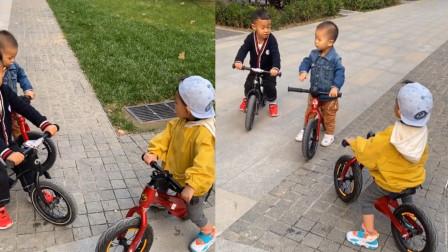 三岁萌娃骑平衡车飞速交到好朋友:这里有个小宝宝,一起玩吧!