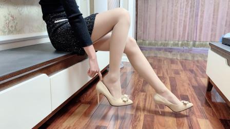 下班回到家,试穿宴会尖头细高跟鞋,搭配一条超薄丝袜,时尚漂亮
