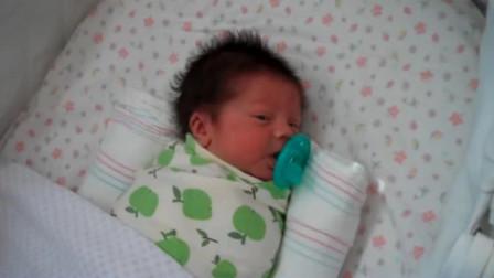 宝宝出生第9晚,就被妈妈拍到了这样一幕,宝宝的样子太有趣了!