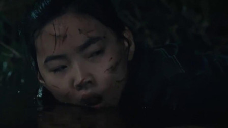 女孩从水中醒来竟发现被怪物包围结果被手机救了一命