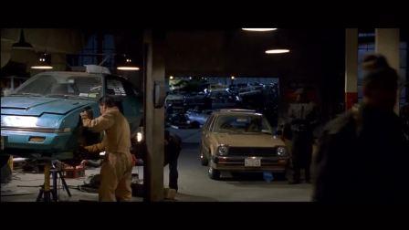 探员入修车厂捉人,不料军队也来了,把这些炸得稀巴烂