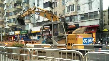广东广州番禺市桥地铁站百越广场附近又开始修路了