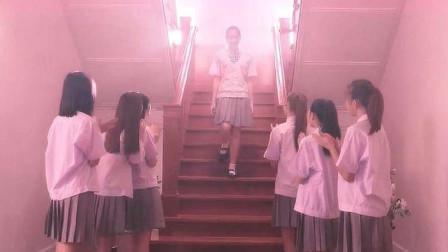 学校按颜值排等级,前十名享受公主待遇,其他人使用脏乱差的厕所