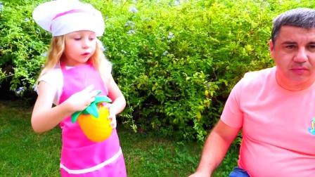 小萌娃和爸爸一起玩游戏