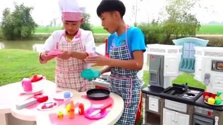 美国儿童时尚,小男孩们一起做蛋糕,真有意思呀