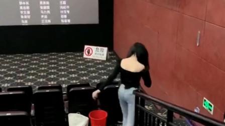 和姐姐去看电影《八佰》,电影结束后她去舞台上鞠躬,我感觉真丢人!