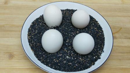 1碗黑芝麻4个鸡蛋,出锅满屋飘香,常吃健脑补脑,乌黑亮发