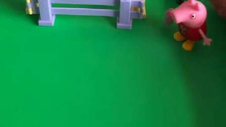 怪兽抓了佩奇家的小鸭子,正嘚瑟地唱歌呢,小警车来救小鸭子了