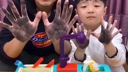 童年趣事:和爸爸一起把脏手洗干净