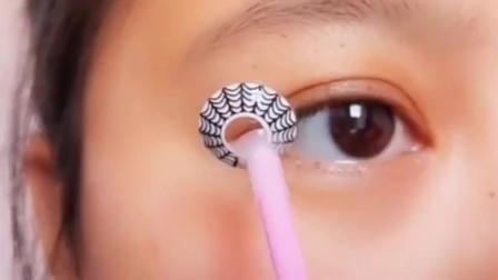 美妆教程:个性十足的蜘蛛网美瞳,戴上看着好害怕啊!